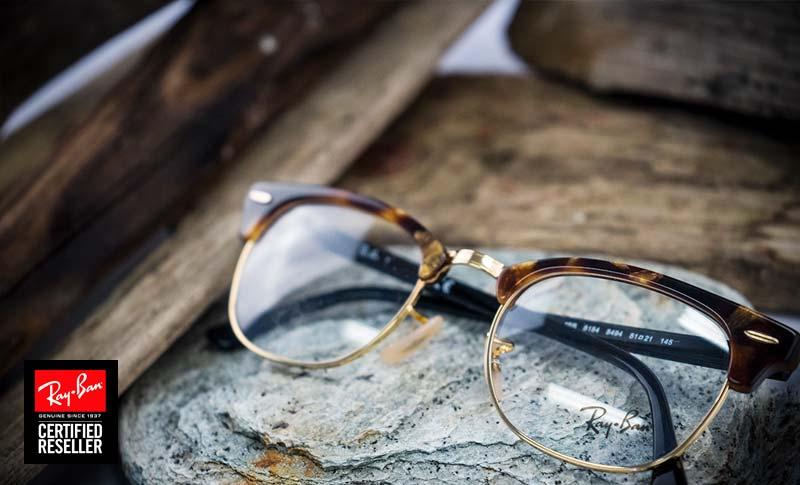 ray-ban briller type browline på et bord