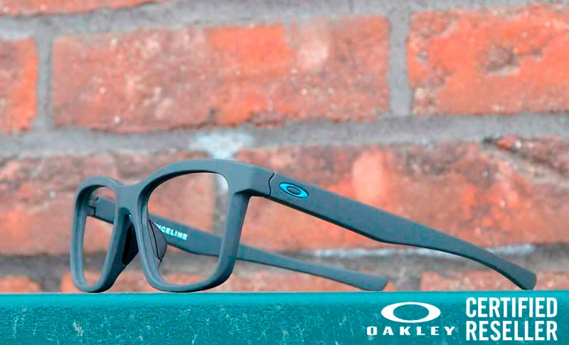 Briller på en plate med murvegg i bakgrunnen