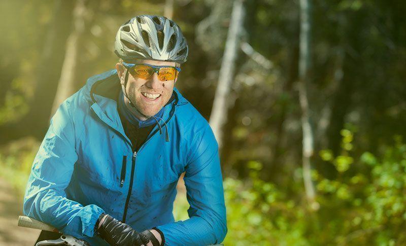 mann med sykkelbriller og hjelm på sykkel