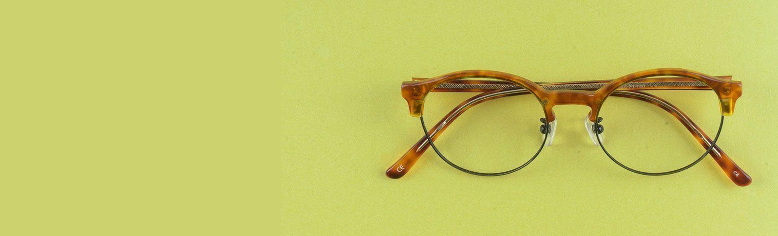 runde brune briller på grønt bord