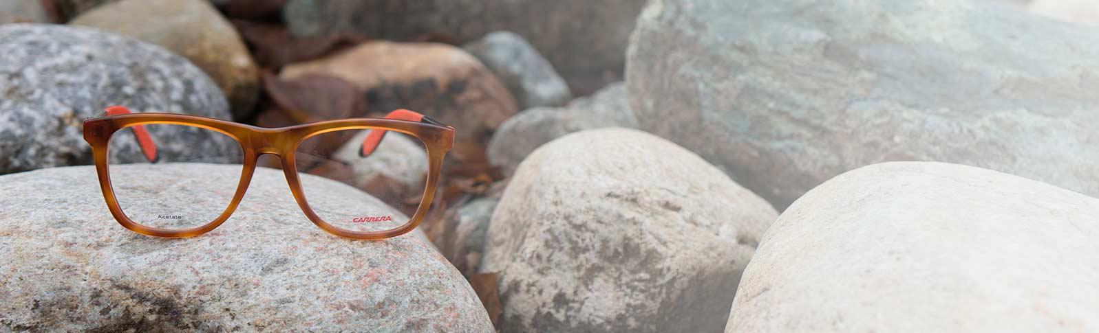 Carrera briller på en seng av grus og stein