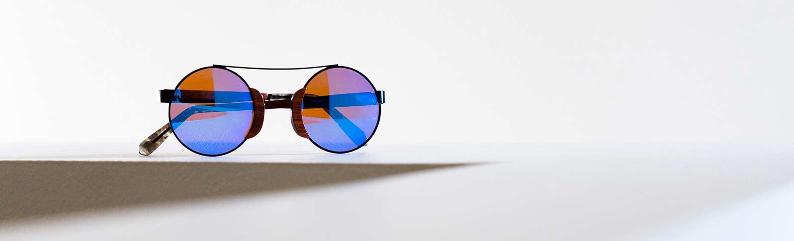 fine solbriller med styrke på et bord